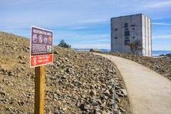 围拢雷达塔的区域的恢复工作左站立在登上Umunhum顶部 免版税库存照片