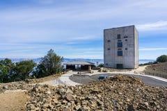 围拢雷达塔的区域的恢复工作左站立在登上Umunhum顶部 免版税图库摄影