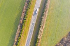 围拢高速公路鸟瞰图的绿色农田 农村的横向 免版税库存照片