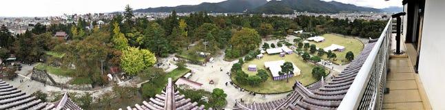 围拢Aizuwakamatsu城堡或敦贺城堡或Kurokawa城堡的全景视图在日本 免版税库存照片
