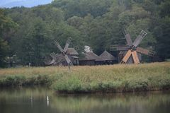 围绕一个湖的风车露天博物馆的 免版税库存照片