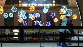 围绕和在滑冰场上的星状装饰 影视素材