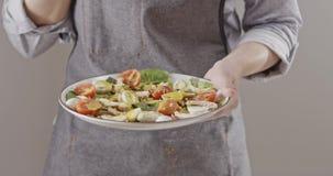围裙别针的一名妇女用叉子鹌鹑蛋,在一块板材的鸡内圆角用沙拉用鹌鹑蛋,鸡内圆角 股票视频