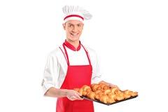 围裙暂挂红色的面包师新月形面包 免版税库存图片