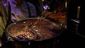 围裙的一个人倾倒在烘烤之上的咖啡豆 影视素材