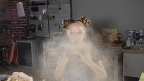围裙的吹散在慢动作的白肤金发的女孩射击锯木屑 孩子在木匠业方面 HD 股票视频