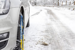 固定在汽车的雪链子 免版税图库摄影