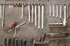 固定在车库的技工工具在立场 库存照片