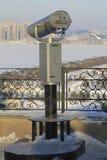 固定式全景双筒望远镜在冬天城市 免版税库存图片