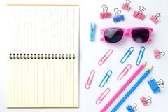 固定式概念,剪刀,铅笔平的位置顶视图照片  免版税库存图片