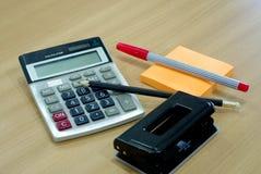固定式的办公室,计算器,笔,柱子 免版税图库摄影
