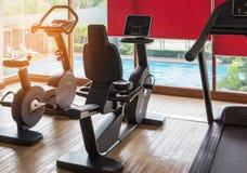 固定式自行车和踏车设备健康在健身中心室行使 免版税库存图片