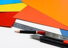 固定式设备工作在办公室 铅笔、统治者和刀子 免版税库存图片
