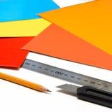 固定式设备工作在办公室 铅笔、统治者和刀子 免版税图库摄影