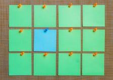 固定式,删去在布朗委员会的青绿的贴纸Pined 平的位置 定期管理,计划 库存图片