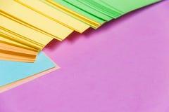 固定式,堆空白在淡紫色委员会的色的贴纸 定期管理,计划 库存照片