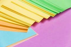 固定式,堆空白在淡紫色委员会的色的贴纸 定期管理,计划 免版税库存图片