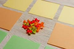 固定式,空白的色的贴纸,在白色木板的图钉堆 定期管理,计划 库存照片