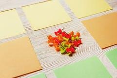 固定式,空白的色的贴纸,在白色木板的图钉堆 定期管理,计划 库存图片