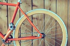 固定的齿轮自行车停放与木墙壁,图象的关闭 免版税库存图片