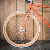 固定的齿轮自行车停放与木墙壁,图象的关闭 库存照片