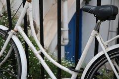 固定的齿轮自行车在城市 图库摄影