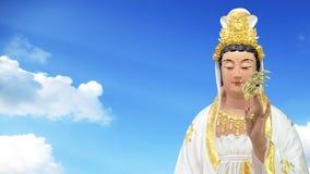 固岸yin慈悲雕象的女神有天空背景 免版税库存照片