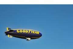 固特异在天空的软式小型飞艇飞行 免版税库存照片