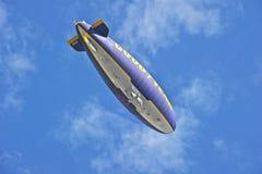 固特异在飞行中美国的软式小型飞艇精神 免版税库存图片