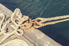 固艇索具被栓对码头 免版税库存照片