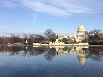 国会大厦反射 免版税库存图片