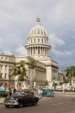 国会大厦和汽车,哈瓦那 免版税库存照片