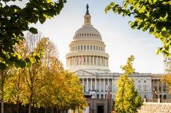 国会大厦大厦升看法在温暖的秋天太阳之前 免版税图库摄影