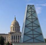 国会大厦大厦和旗子在背景中与玻璃抽油装置纪念碑在前面 免版税库存图片