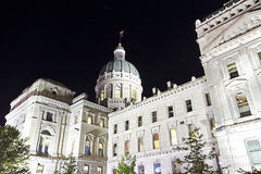 国会大厦大厦在印第安纳波利斯,印第安纳在晚上照亮了 免版税库存照片