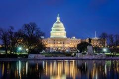 国会大厦大厦在哥伦比亚特区的晚上和Reflectio 免版税库存照片