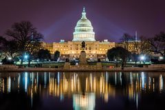国会大厦大厦在哥伦比亚特区的晚上和Reflectio 图库摄影