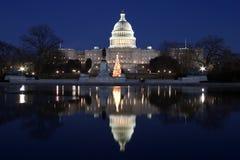 国会大厦晚上反映 库存照片