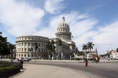 国会大厦街道视图在哈瓦那,古巴 免版税库存图片