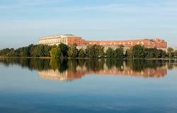 国会霍尔在寂静的湖反射了在纽伦堡 库存图片