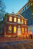 国会霍尔在费城在晚上 库存图片