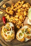 国内咸油煎的猪肉护痉套堆  肥腻速食 在厨房板的猪肉护痉套 库存照片