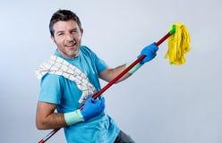 国内航线人或愉快的丈夫清洁家庭使用与拖把获得的Air Guitar乐趣 库存图片