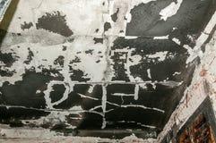 国内被放弃的房子的内部在与黑煤灰和污秽物的火灾事故损坏了并且烧了在墙壁和ceilin上 免版税库存照片