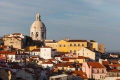 国家万神殿的圆顶前面的17世纪圣诞老人Engracia教会在地平线上升 库存照片