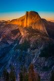 国家公园优胜美地半圆顶由日落光冰川Poi点燃了 免版税库存图片