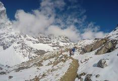 国家公园在喜马拉雅山 白色雪和岩石峰顶 尼泊尔严厉冬天 图库摄影