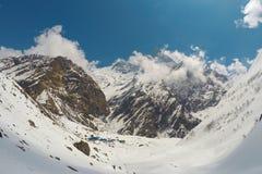 国家公园在喜马拉雅山 白色雪峰顶和岩石环境美化,在冷空气的严厉冬天 图库摄影