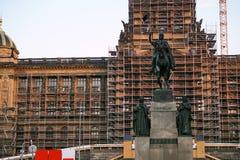 国家博物馆的历史大厦的恢复在瓦茨拉夫广场的布拉格,有起重机和银的m 免版税库存图片