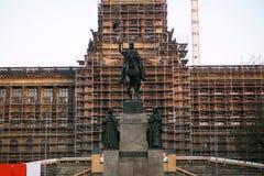 国家博物馆的历史大厦的恢复在著名瓦茨拉夫广场的布拉格,有起重机和我的 免版税库存图片